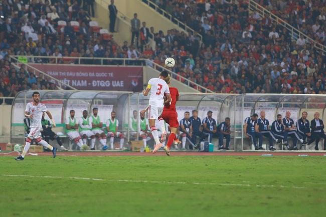 """Hàng ngàn cổ động viên đã """"phủ đỏ"""" sân vận động Mỹ Đình để cổ vũ trận bóng giữa Việt Nam và UAE: Việt Nam ghi bàn mở tỉ số trong hiệp đầu tiên - Ảnh 3."""