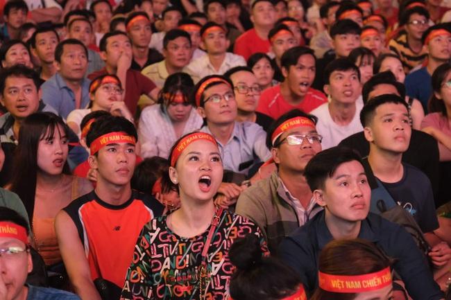 """Hàng ngàn cổ động viên đã """"phủ đỏ"""" các đoạn đường đến sân vận động Mỹ Đình để ủng hộ trận bóng giữa Việt Nam và UAE - Ảnh 2."""