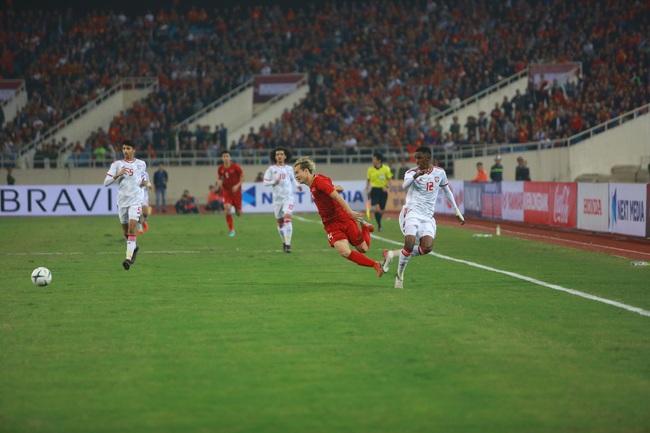 """Hàng ngàn cổ động viên đã """"phủ đỏ"""" sân vận động Mỹ Đình để cổ vũ trận bóng giữa Việt Nam và UAE: Việt Nam ghi bàn mở tỉ số trong hiệp đầu tiên - Ảnh 4."""