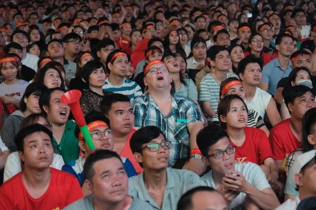 """Hàng ngàn cổ động viên đã """"phủ đỏ"""" sân vận động Mỹ Đình để cổ vũ trận bóng giữa Việt Nam và UAE: Việt Nam ghi bàn mở tỉ số trong hiệp đầu tiên - Ảnh 2."""