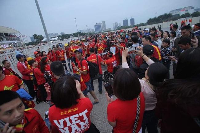 """Trước lúc bóng lăn trận Việt Nam và UAE, hàng ngàn cổ động viên đã """"phủ đỏ"""" các đoạn đường đến sân vận động Mỹ Đình - Ảnh 13."""