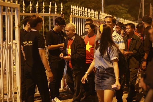 """Trước lúc bóng lăn trận Việt Nam và UAE, hàng ngàn cổ động viên đã """"phủ đỏ"""" các đoạn đường đến sân vận động Mỹ Đình - Ảnh 6."""