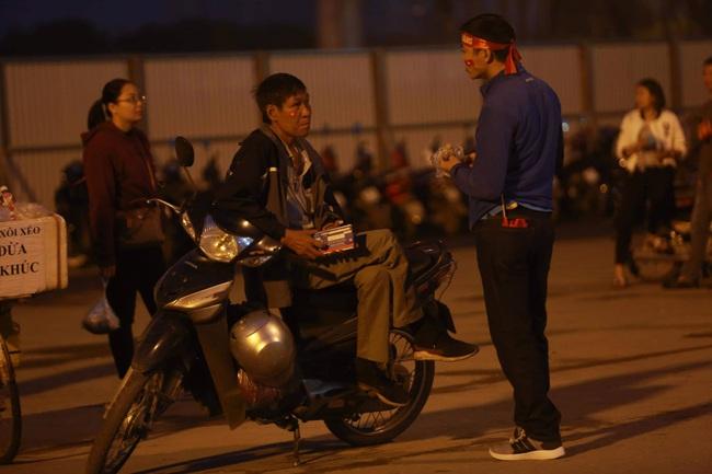 """Trước lúc bóng lăn trận Việt Nam và UAE, hàng ngàn cổ động viên đã """"phủ đỏ"""" các đoạn đường đến sân vận động Mỹ Đình - Ảnh 2."""