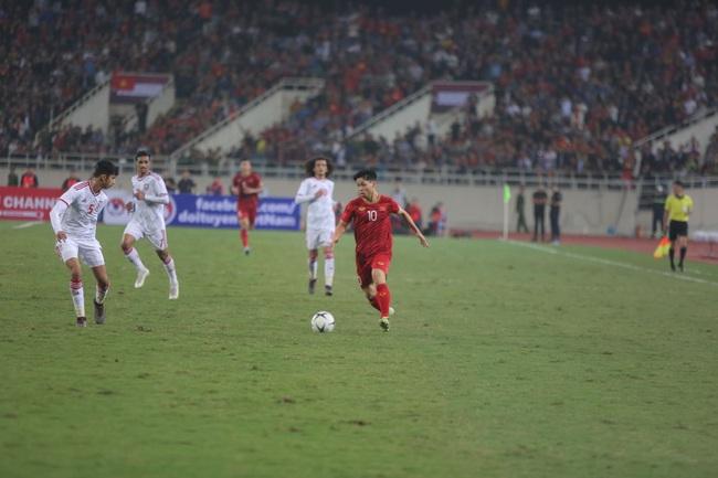 """Hàng ngàn cổ động viên đã """"phủ đỏ"""" sân vận động Mỹ Đình để cổ vũ trận bóng giữa Việt Nam và UAE: Việt Nam ghi bàn mở tỉ số trong hiệp đầu tiên - Ảnh 5."""