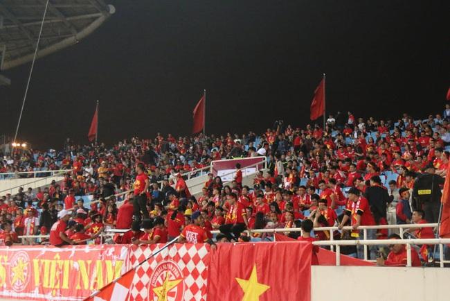 """Trước lúc bóng lăn trận Việt Nam và UAE, hàng ngàn cổ động viên đã """"phủ đỏ"""" các đoạn đường đến sân vận động Mỹ Đình - Ảnh 3."""