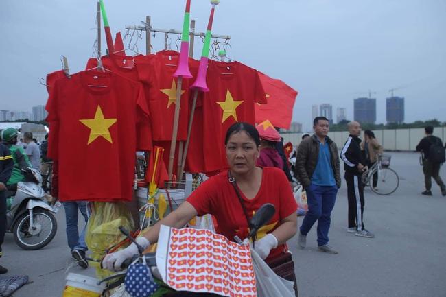 """Trước lúc bóng lăn trận Việt Nam và UAE, hàng ngàn cổ động viên đã """"phủ đỏ"""" các đoạn đường đến sân vận động Mỹ Đình - Ảnh 14."""