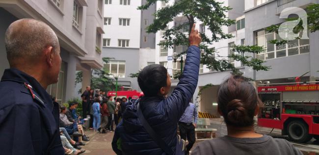 Hà Nội: Cháy chung cư vắng chủ nhà, người già ôm trẻ nhỏ chạy bộ từ tầng cao xuống - Ảnh 13.