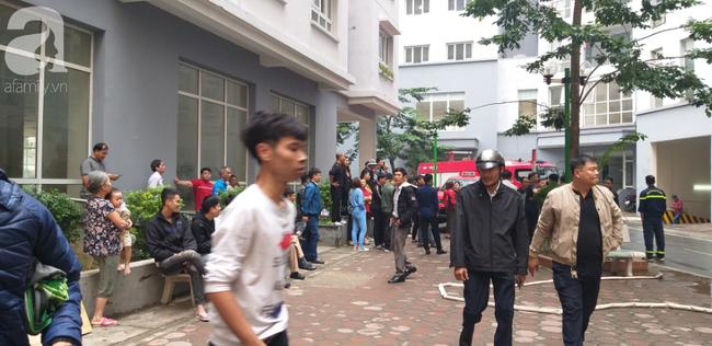 Hà Nội: Cháy chung cư vắng chủ nhà, người già ôm trẻ nhỏ chạy bộ từ tầng cao xuống - Ảnh 12.