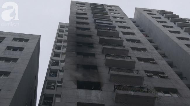 Hà Nội: Cháy chung cư vắng chủ nhà, người già ôm trẻ nhỏ chạy bộ từ tầng cao xuống - Ảnh 11.
