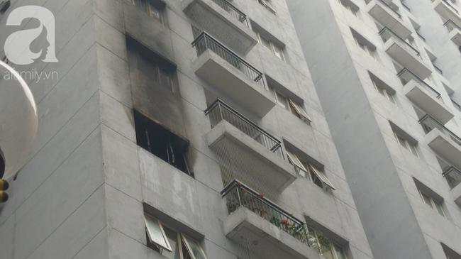 Hà Nội: Cháy chung cư vắng chủ nhà, người già ôm trẻ nhỏ chạy bộ từ tầng cao xuống - Ảnh 10.