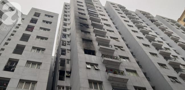 Hà Nội: Cháy chung cư vắng chủ nhà, người già ôm trẻ nhỏ chạy bộ từ tầng cao xuống - Ảnh 9.