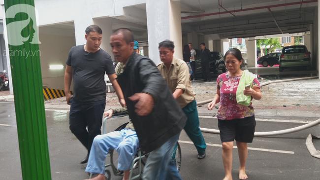 Hà Nội: Cháy chung cư vắng chủ nhà, người già ôm trẻ nhỏ chạy bộ từ tầng cao xuống - Ảnh 6.