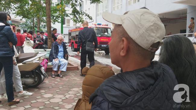 Hà Nội: Cháy chung cư vắng chủ nhà, người già ôm trẻ nhỏ chạy bộ từ tầng cao xuống - Ảnh 3.