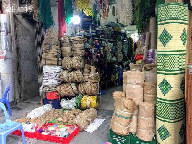 Hàng Chiếu: Phố cổ hiếm hoi còn bán mặt hàng truyền thống như đúng tên gọi, cứ mua đồ cói là nhất định phải tới đây - Ảnh 12.