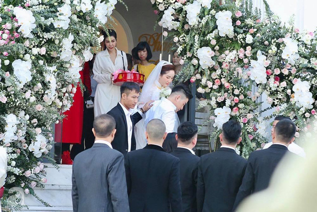 Toàn cảnh lễ rước dâu trong đám cưới Bảo Thy và bạn trai doanh nhân: Cô dâu đã về tới nhà chú rể, an ninh được thắt chặt cả buổi - Ảnh 12.