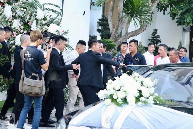 Toàn cảnh lễ rước dâu trong đám cưới Bảo Thy và bạn trai doanh nhân: Cô dâu đã về tới nhà chú rể, an ninh được thắt chặt cả buổi - Ảnh 11.