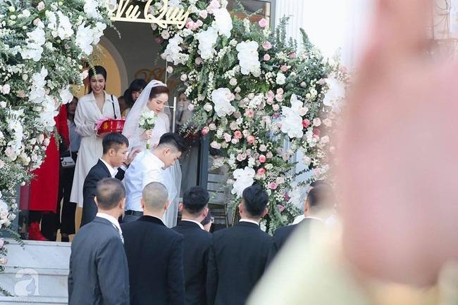 Toàn cảnh lễ rước dâu trong đám cưới Bảo Thy và bạn trai doanh nhân: Cô dâu đã về tới nhà chú rể, an ninh được thắt chặt cả buổi - Ảnh 10.
