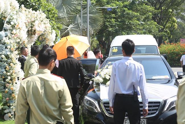 Trực tiếp lễ rước dâu trong đám cưới Bảo Thy và bạn trai doanh nhân: Cô dâu đã về tới nhà chú rể, an ninh tiếp tục được thắt chặt - Ảnh 2.