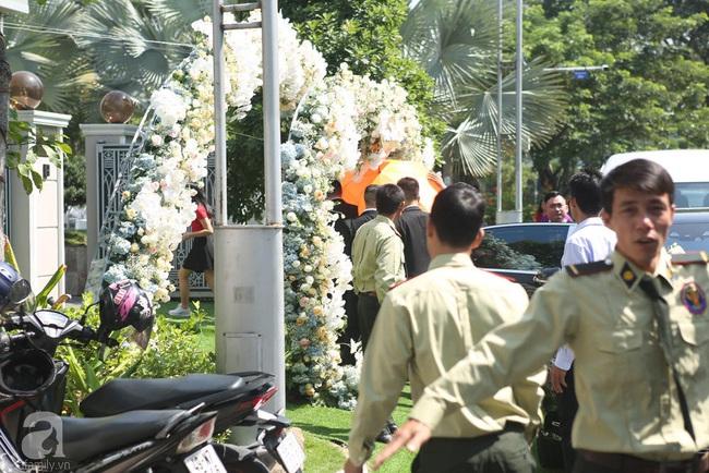 Trực tiếp lễ rước dâu trong đám cưới Bảo Thy và bạn trai doanh nhân: Cô dâu đã về tới nhà chú rể, an ninh tiếp tục được thắt chặt - Ảnh 4.