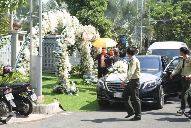 Trực tiếp lễ rước dâu trong đám cưới Bảo Thy và bạn trai doanh nhân: Cô dâu đã về tới nhà chú rể, an ninh tiếp tục được thắt chặt - Ảnh 6.