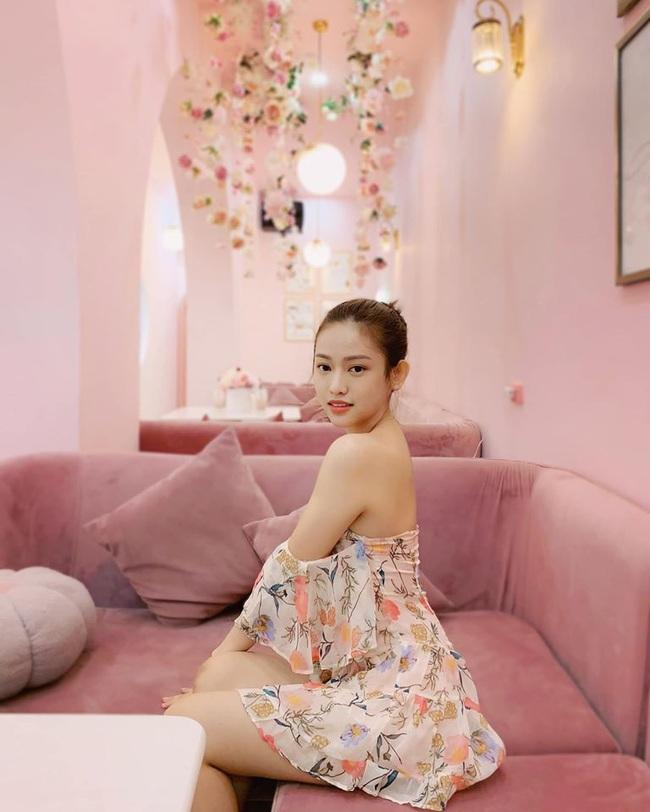 Thúy Vi bất chấp trời Hà Nội se lạnh vẫn mặc chiếc váy hoa mỏng tang nhưng bất ngờ hơn cả là bình luận của dân mạng khi nhìn thấy hot girl ngoài đời - Ảnh 2.