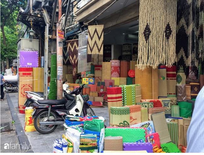 Hàng Chiếu: Phố cổ hiếm hoi còn bán mặt hàng truyền thống như đúng tên gọi, cứ mua đồ cói là nhất định phải tới đây - Ảnh 2.