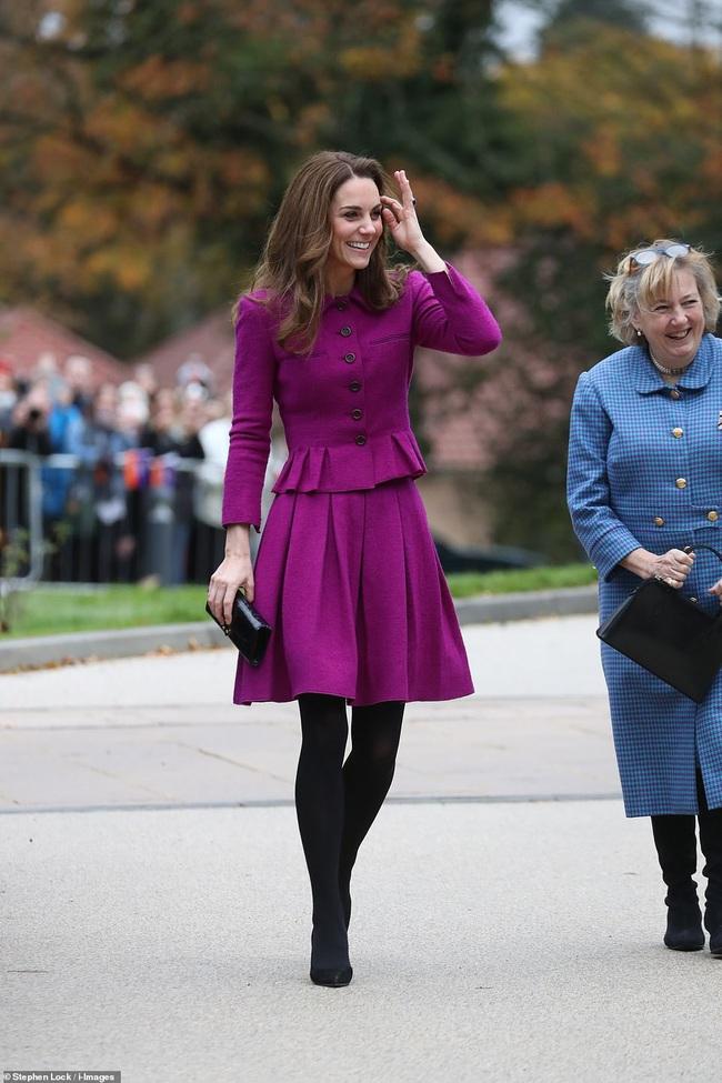 Diện đồ tím chuẩn trend, Công nương Kate lại khiến dân tình nhớ đến hình ảnh của mẹ chồng Diana - Ảnh 2.
