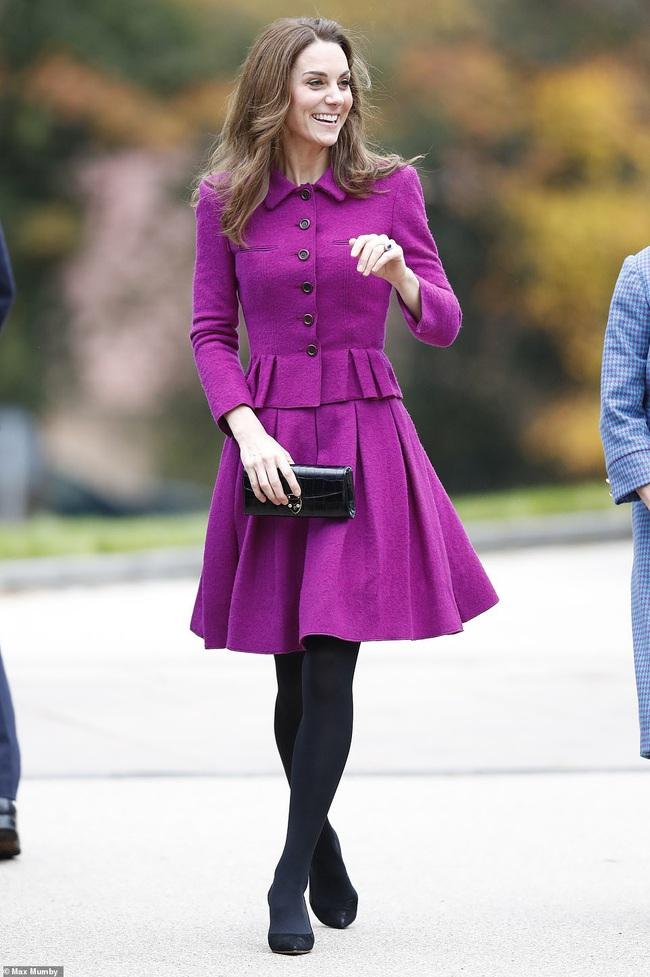 Diện đồ tím chuẩn trend, Công nương Kate lại khiến dân tình nhớ đến hình ảnh của mẹ chồng Diana - Ảnh 1.