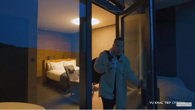 """Vũ Khắc Tiệp lần đầu bị nhân viên khách sạn """"phũ"""" đến mức phải đổi chỗ ở, nhân tiện trải lòng chuyện làm vlog mà suốt ngày bị chửi là khoe khoang giá phòng  - Ảnh 4."""