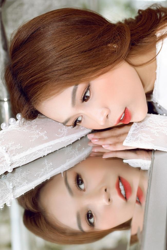 Vừa từ Hàn Quốc về, Sam diện váy trắng khoe vẻ đẹp mỏng manh bên Ưng Hoàng Phúc - Ảnh 3.