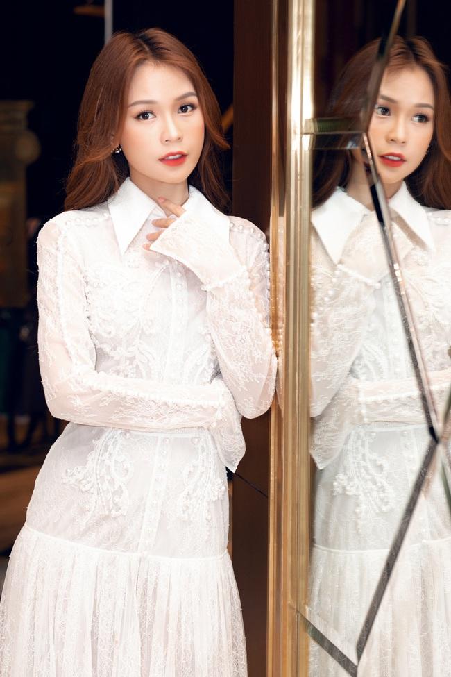 Vừa từ Hàn Quốc về, Sam diện váy trắng khoe vẻ đẹp mỏng manh bên Ưng Hoàng Phúc - Ảnh 4.