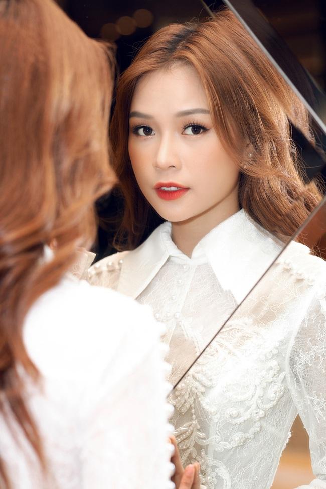Vừa từ Hàn Quốc về, Sam diện váy trắng khoe vẻ đẹp mỏng manh bên Ưng Hoàng Phúc - Ảnh 5.