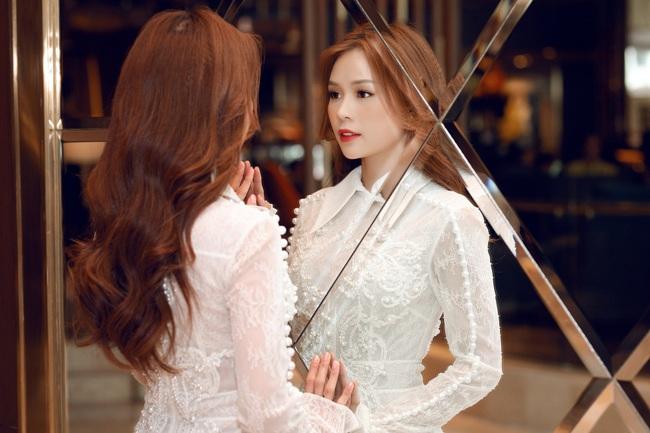 Vừa từ Hàn Quốc về, Sam diện váy trắng khoe vẻ đẹp mỏng manh bên Ưng Hoàng Phúc - Ảnh 6.