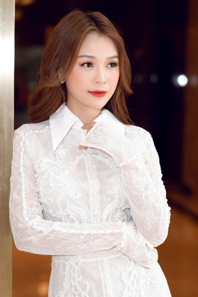 Vừa từ Hàn Quốc về, Sam diện váy trắng khoe vẻ đẹp mỏng manh bên Ưng Hoàng Phúc - Ảnh 7.