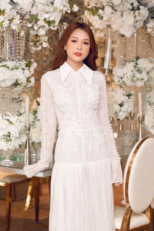 Vừa từ Hàn Quốc về, Sam diện váy trắng khoe vẻ đẹp mỏng manh bên Ưng Hoàng Phúc - Ảnh 1.