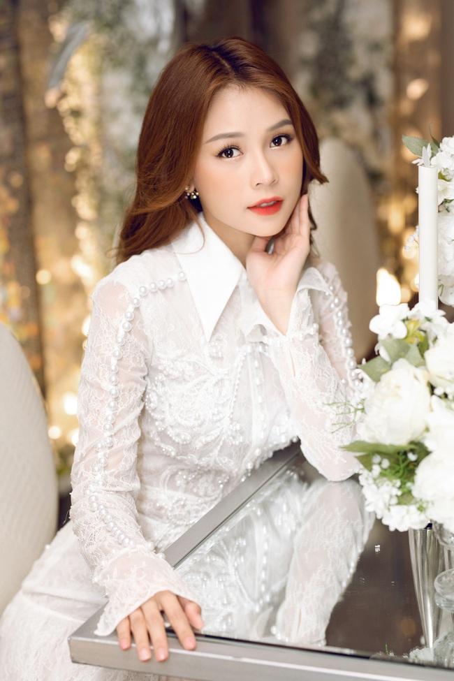 Vừa từ Hàn Quốc về, Sam diện váy trắng khoe vẻ đẹp mỏng manh bên Ưng Hoàng Phúc - Ảnh 2.