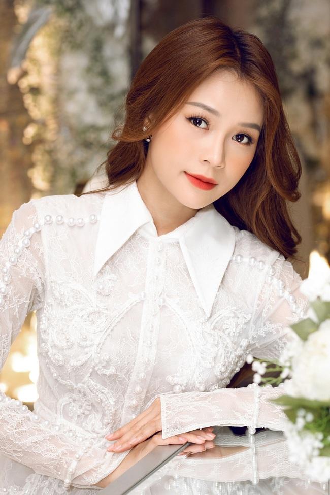 Vừa từ Hàn Quốc về, Sam diện váy trắng khoe vẻ đẹp mỏng manh bên Ưng Hoàng Phúc - Ảnh 8.