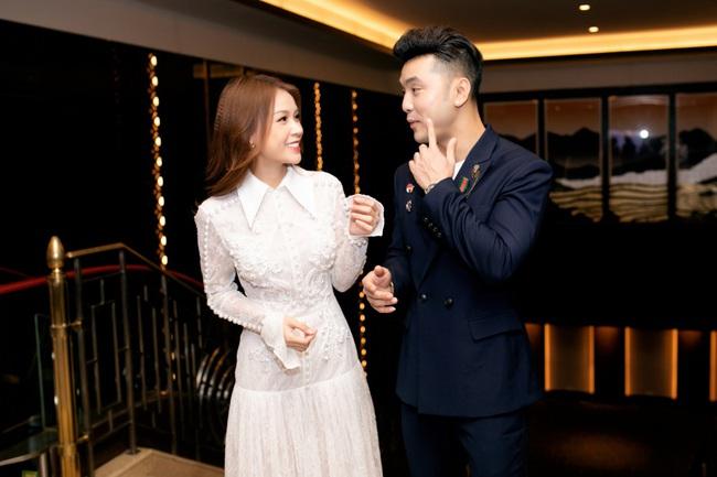 Vừa từ Hàn Quốc về, Sam diện váy trắng khoe vẻ đẹp mỏng manh bên Ưng Hoàng Phúc - Ảnh 10.
