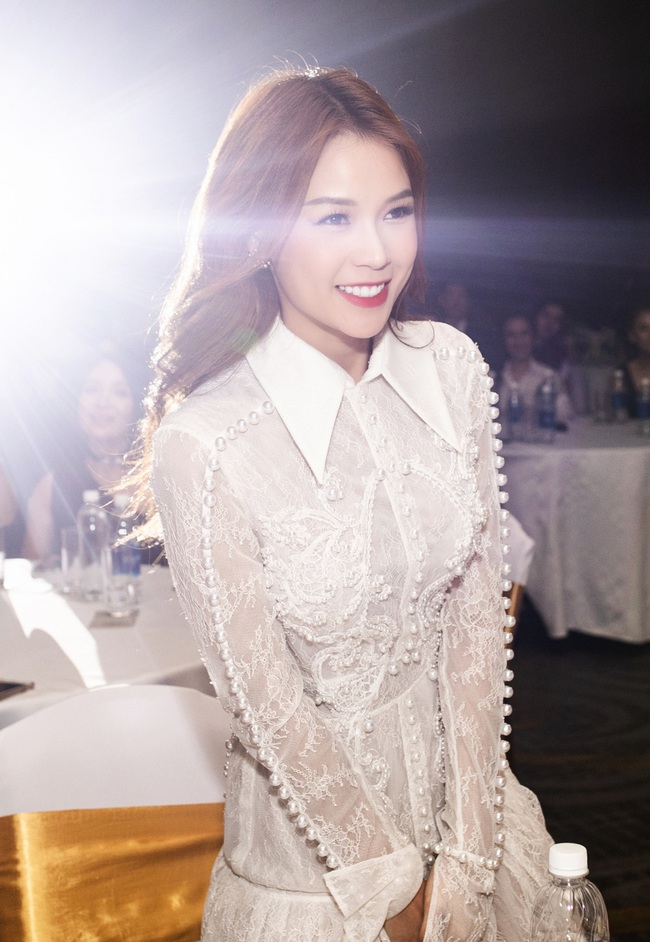 Vừa từ Hàn Quốc về, Sam diện váy trắng khoe vẻ đẹp mỏng manh bên Ưng Hoàng Phúc - Ảnh 9.