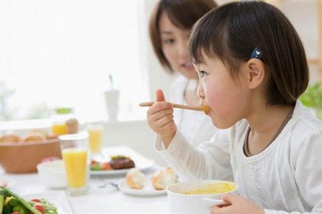 Chuyên gia dinh dưỡng chỉ ra 5 sai lầm chăm con của mẹ Việt - Ảnh 2.