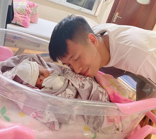 Sinh xong chưa được 1 tháng, nhan sắc Khánh Linh đã trở lại, ''lợi hại hơn xưa'' - Ảnh 3.
