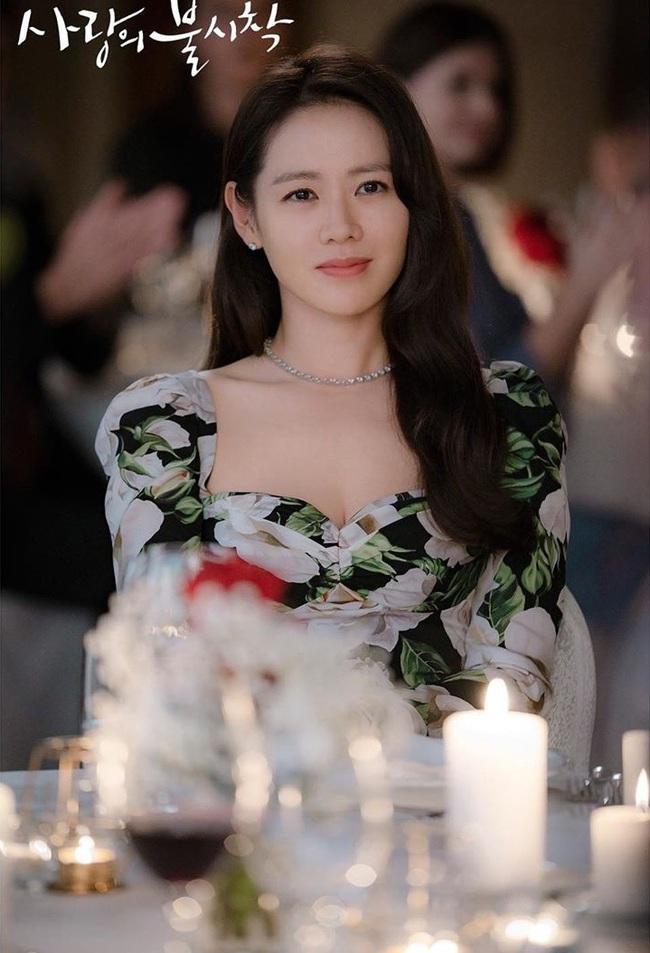 """Son Ye Jin đẹp siêu thực trong phim mới đóng cặp với Hyun Bin, và còn đụng hàng """"bất phân thắng bại"""" với em gái quốc dân - Ảnh 3."""