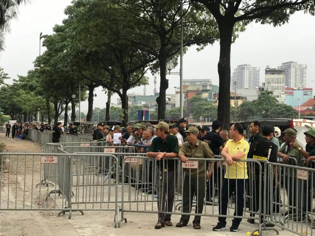 Khán giả thương binh xếp hàng dài ngoài cổng đợi đăng kí mua vé trận Việt Nam- Thái Lan - Ảnh 1.
