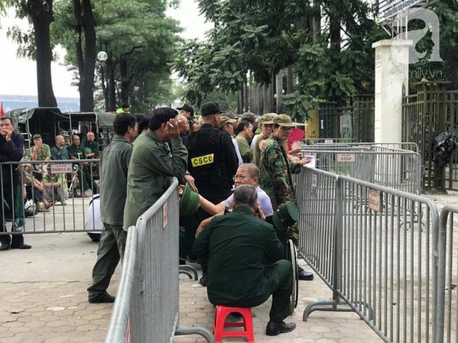 Khán giả thương binh xếp hàng dài ngoài cổng đợi đăng kí mua vé trận Việt Nam- Thái Lan - Ảnh 2.