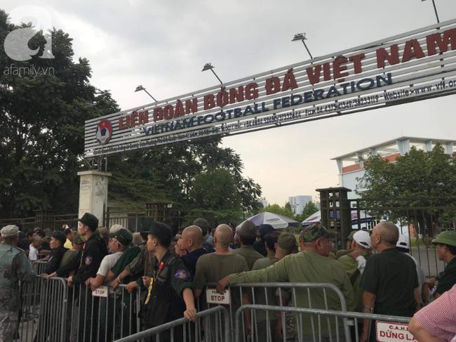 Khán giả thương binh xếp hàng dài ngoài cổng đợi đăng kí mua vé trận Việt Nam- Thái Lan - Ảnh 3.