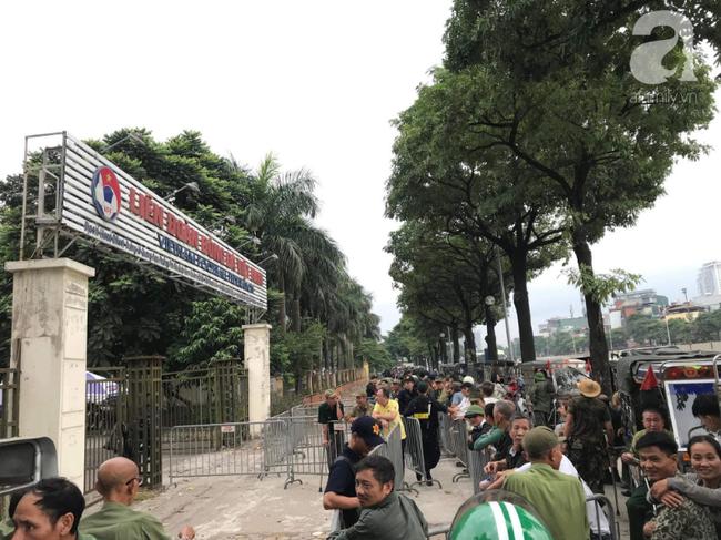 Khán giả thương binh xếp hàng dài ngoài cổng đợi đăng kí mua vé trận Việt Nam- Thái Lan - Ảnh 6.