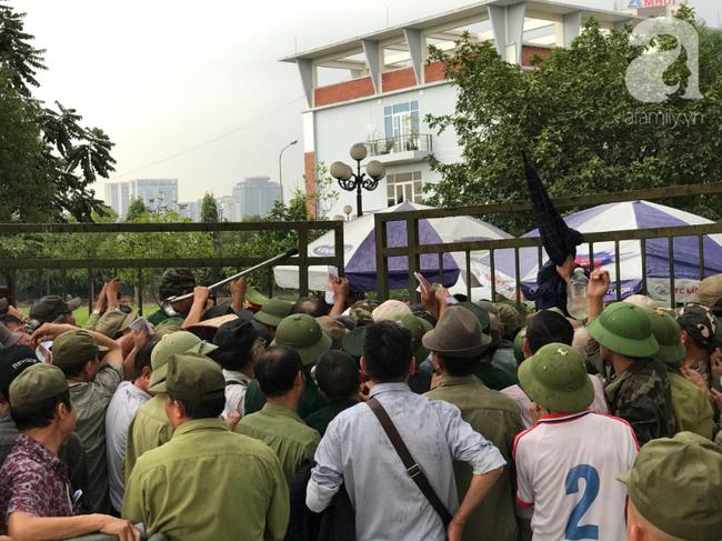 Khán giả thương binh xếp hàng dài ngoài cổng đợi đăng kí mua vé trận Việt Nam- Thái Lan - Ảnh 7.