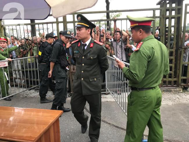Khán giả thương binh xếp hàng dài ngoài cổng đợi đăng kí mua vé trận Việt Nam- Thái Lan - Ảnh 9.