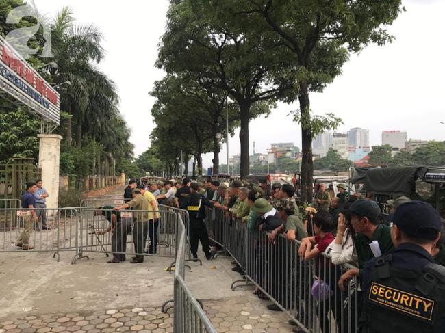 Khán giả thương binh xếp hàng dài ngoài cổng đợi đăng kí mua vé trận Việt Nam- Thái Lan - Ảnh 4.