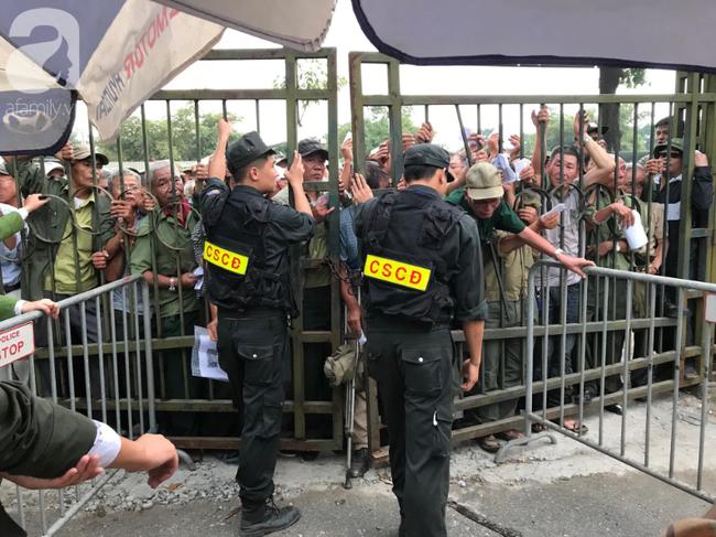 Khán giả thương binh xếp hàng dài ngoài cổng đợi đăng kí mua vé trận Việt Nam- Thái Lan - Ảnh 8.